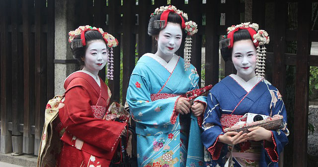 Photo of three geisha.